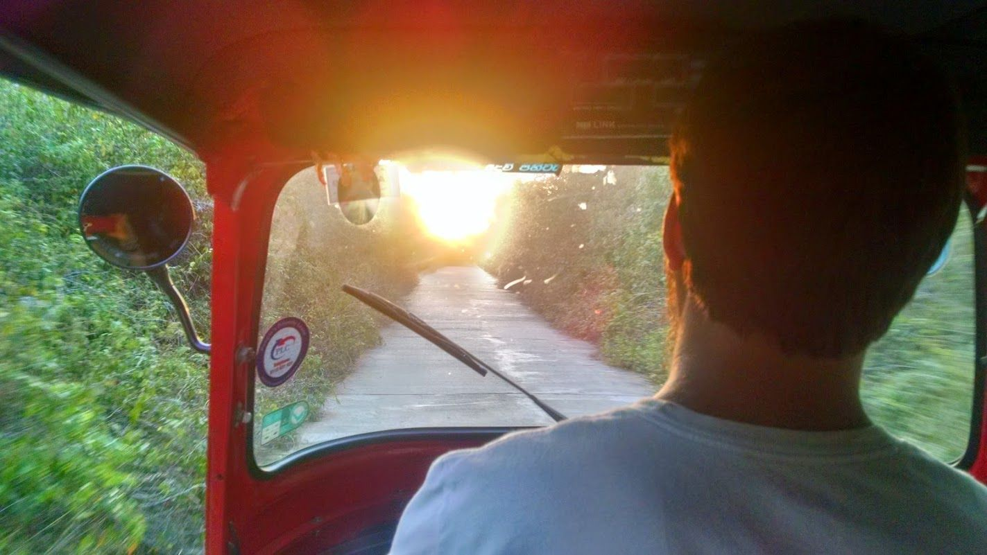 Chris Tuk Tukero al atardecer, en Sigirya