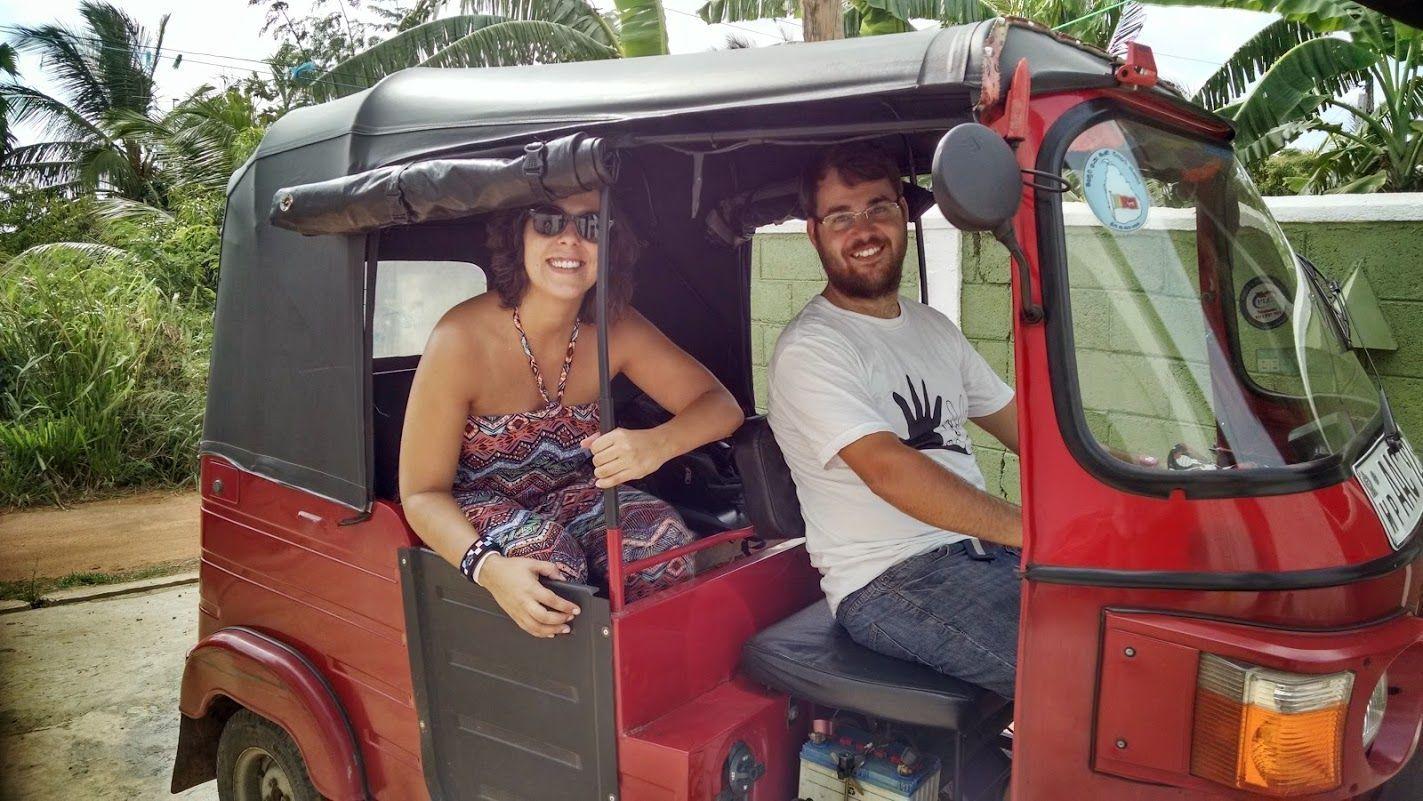 """Sacando nuestro """"Rojillo"""" para un dia más de paseo del garaje privado de la casa de los dueños del hotel donde nos quedamos en Anuradhapura: Andorra Tourist Rest"""