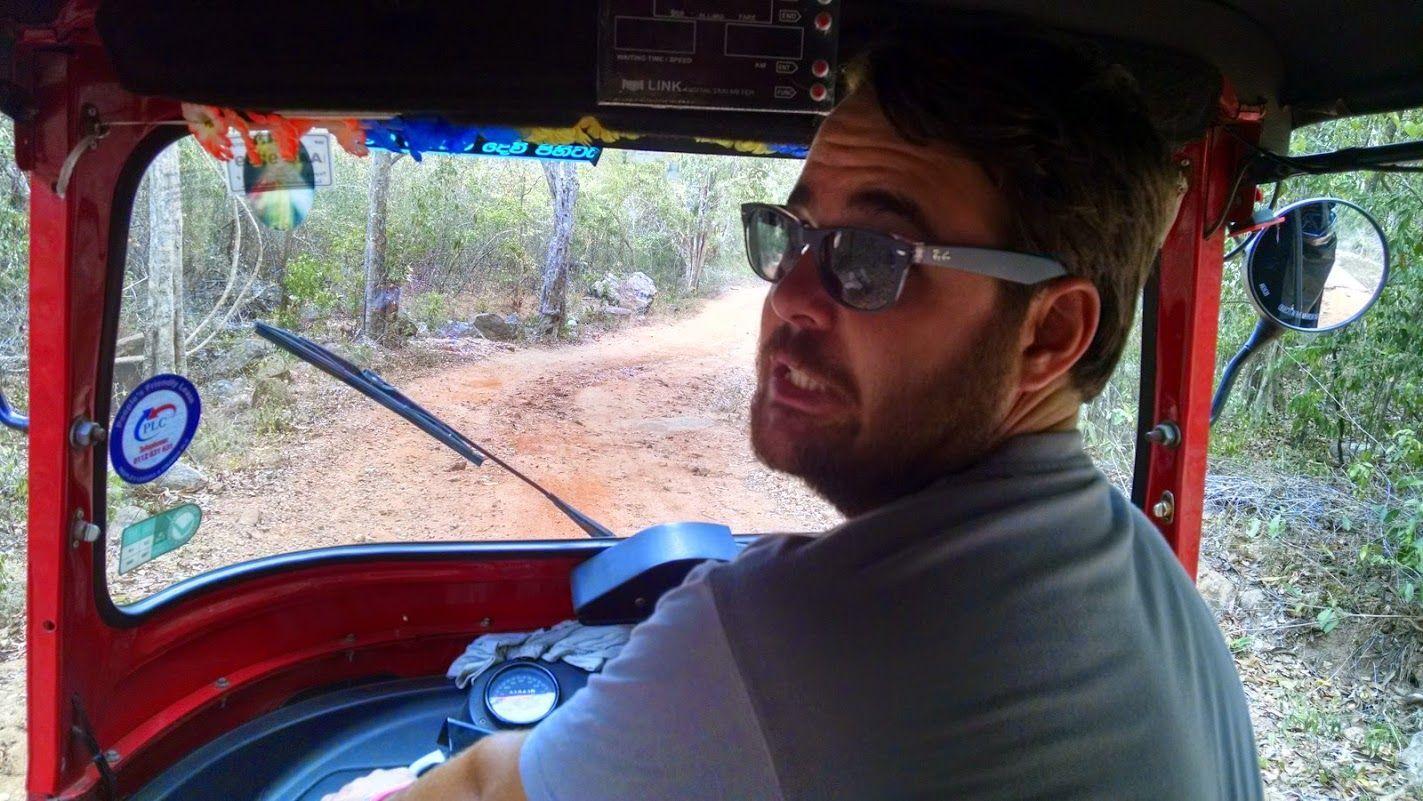 """La cara de Chris lo dice todo: los primeros KMs en la carretera imponen...Porque el """"·Rojillo"""" y nosotrxs estabamos empezando a conocernos...Y porque las carreteras en Sri Lanka se rigen por la ley del más fuerte basicamente (siendo lo más fuertes los autobuses...nuestro principal enemigo en la carretera)"""