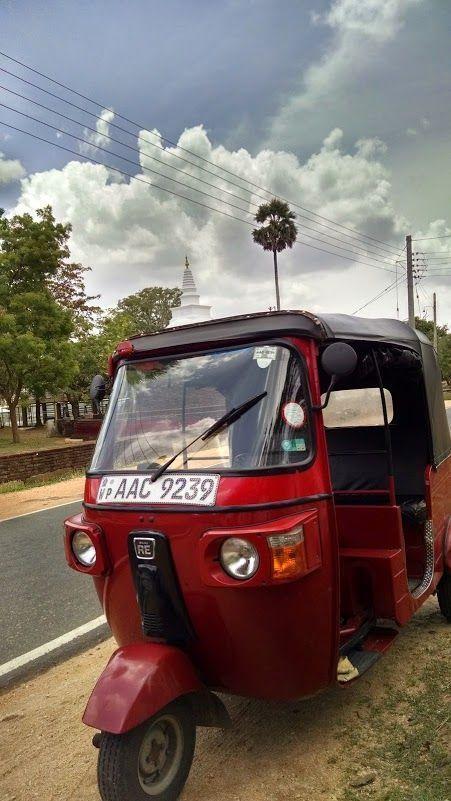Rojillo aparcado mientras visitamos Thuparamaya, la dagoba más antigua de Sri Lanka