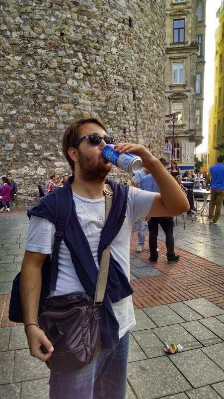 Chris degustando una Efes en la cola para subir a la Torre de Gálata