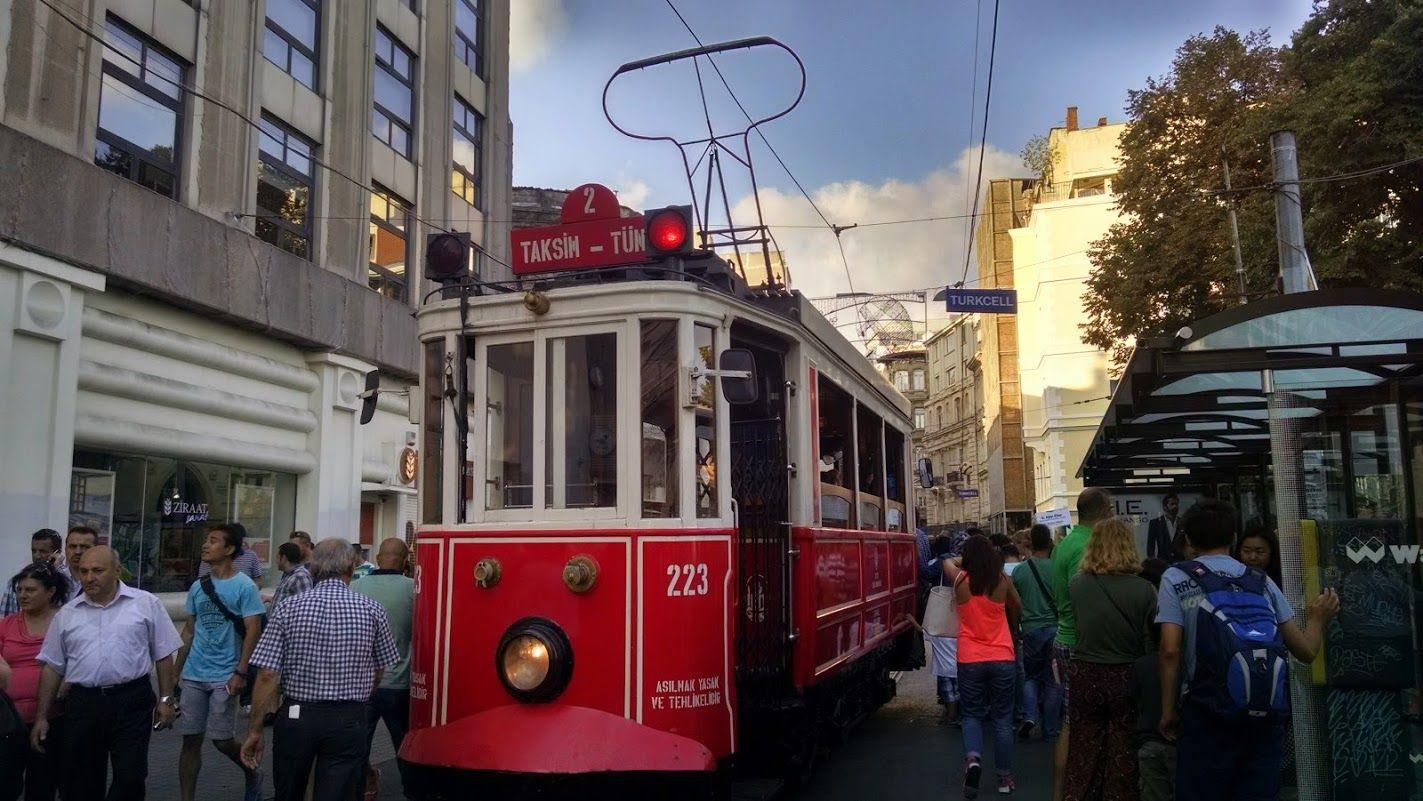 El trenvía que casi nos atropella por despsitdxs y que más tarde cogeríamos en la plaza Taksim