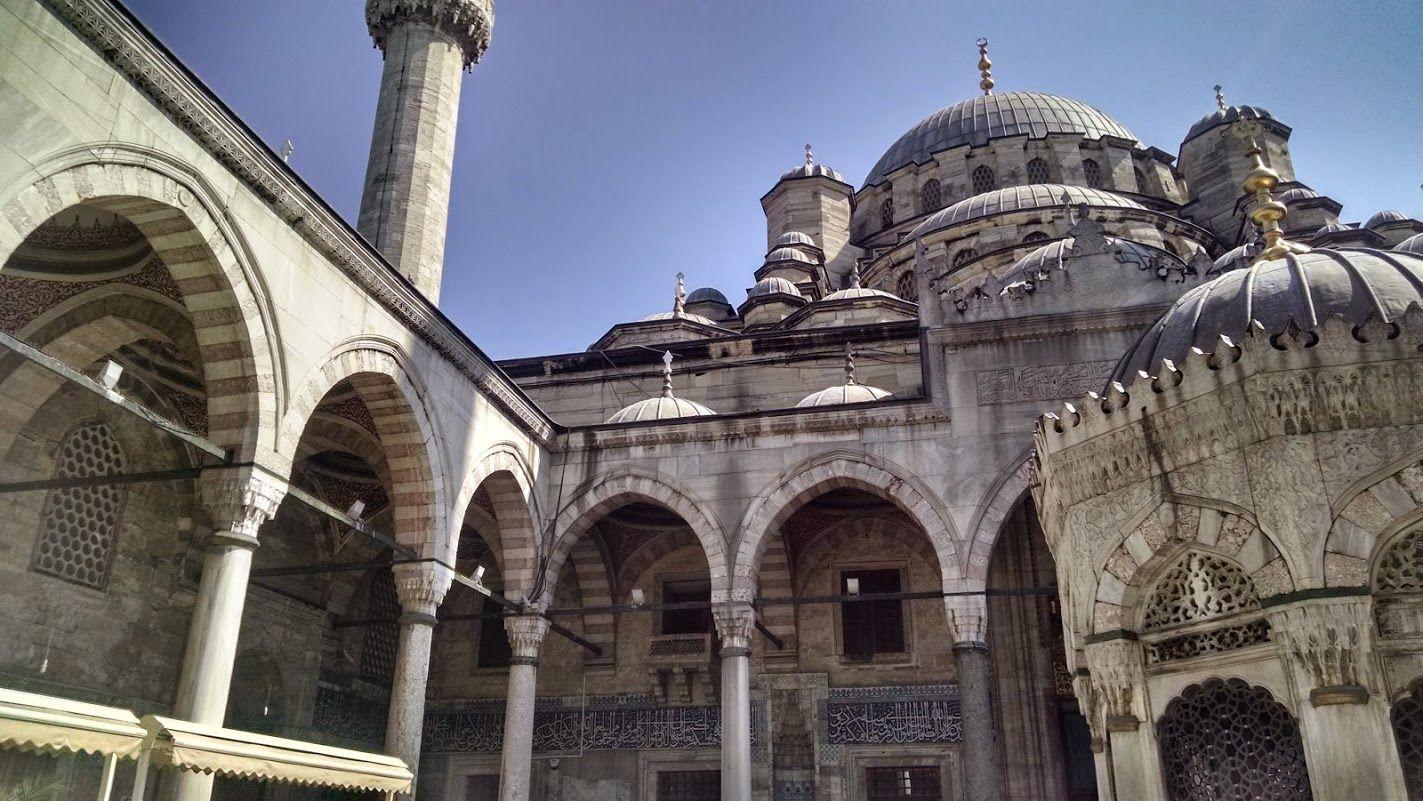 La Mezquita Nueva o Mezquita Yuni al sur del Puente de Gálata, de las más autenticas de la ciudad