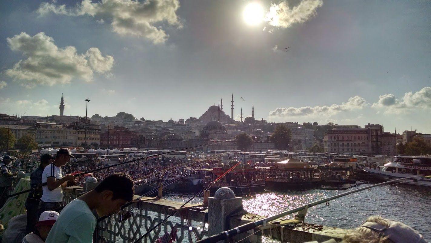 El Puente de Gálata y los cientos de pescadores del Bósforo