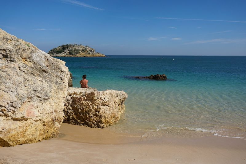 Inês contemplando las aguas transparentes de la playa de Creiro