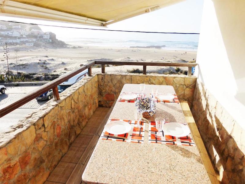 La terraza de Lucas House con vistas a la Playa de Monte Clérigo, una de las mejores de la zona