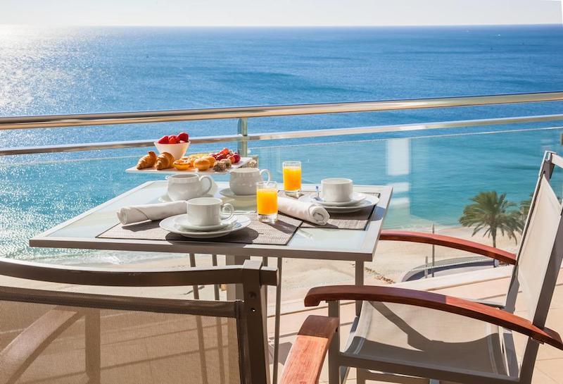 Desayunar en el Sesimbra Hotel & Spa con vistas a la playa donde te bañarás en seguida