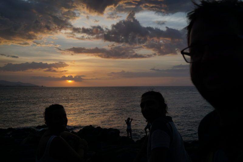 Disfrutando de la puesta del sol con Ali y unas Bintangs (cervezas), en Dii