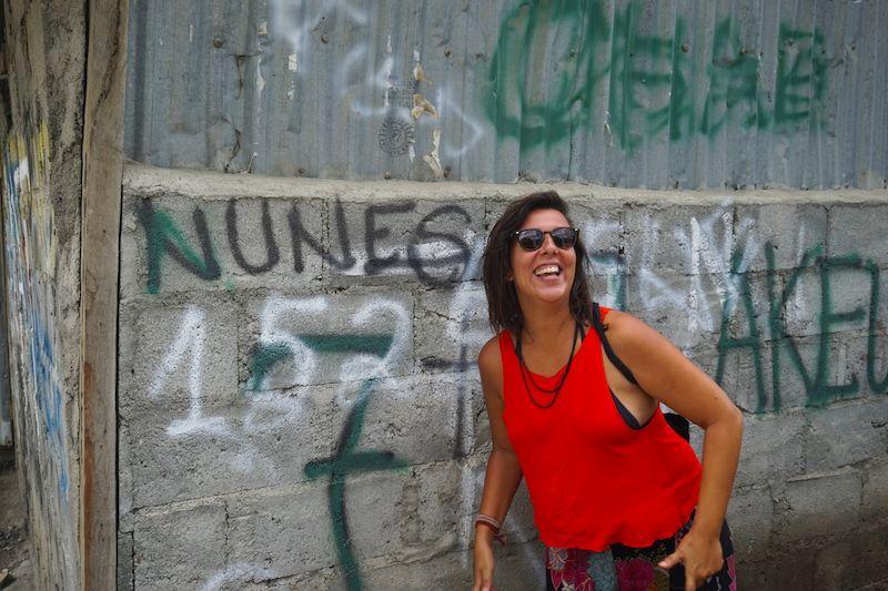 Ines delante de un muro con una pintada con uno de sus apellidos portugueses