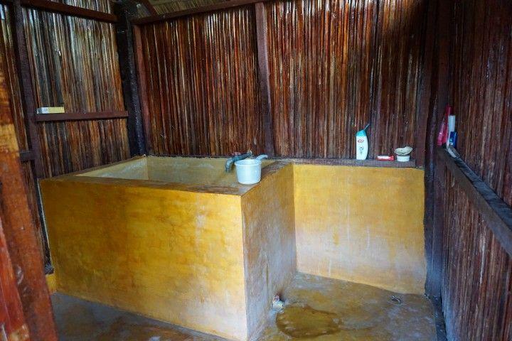 Baño (compartida) de los bungalows del Atauro Dive Resort, timorese style con mandi