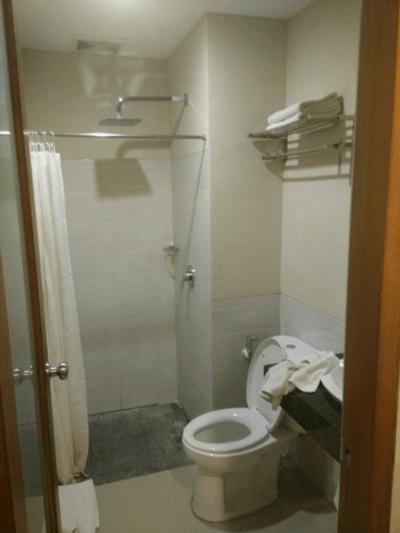 Baño privado en habitación de Hotel Bali Chaya