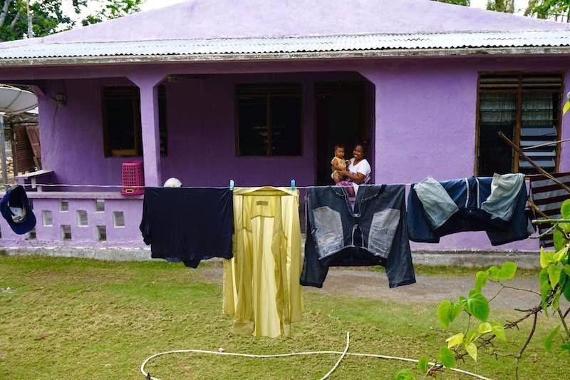Una mujer nos presenta a su niña, en Baucau