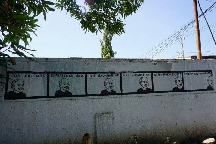 Una de las paredes del patio del Centro Xanana, en Dili, donde se encuentra el cibercafé