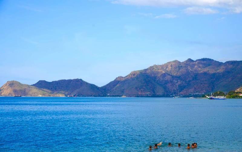 Peques jugando en la playa de Dili