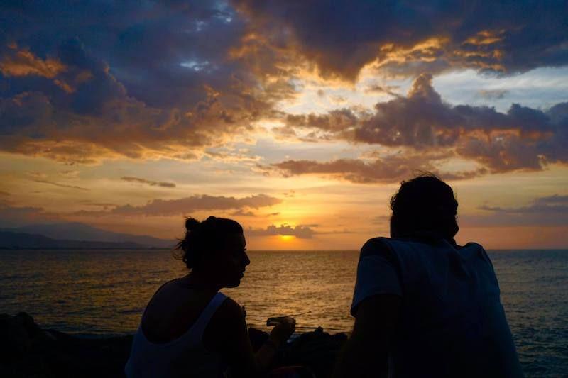 Disfrutando de la puesta del sol con Ali y unas Bintangs (cervezas), en Dili