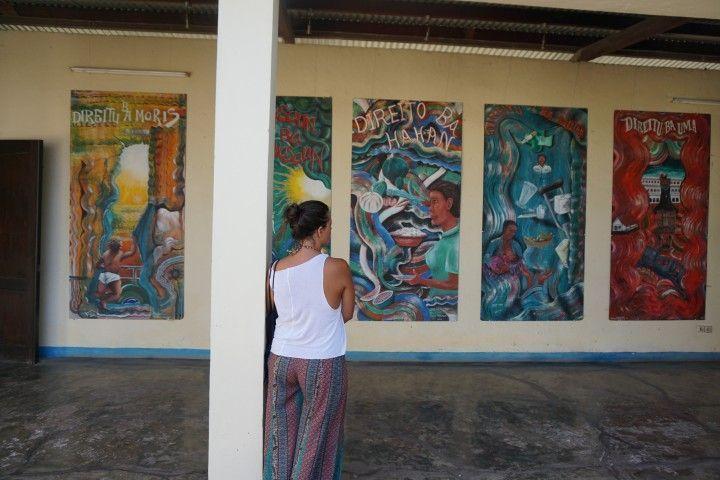 Ilustraciones en las paredes de la cárcel donde tiene lugar la exposición permanente Chega!