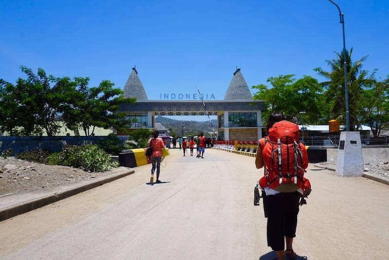 Cruzando la frontera de Timor Oriental a Indonesia, en la isla de Timor
