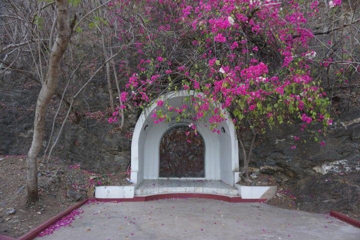 Una de las 14 grutas con historia de Cristo al subir al monumento del Cristo Rei.