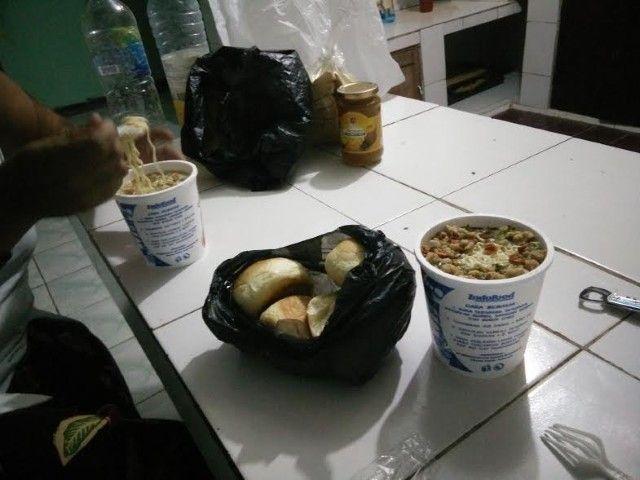 Nuestra cen en Casa Esperança en Lospalos: noodles instantáneos hechos con agua caliente y panecillos recién hechos regalados por Margarida