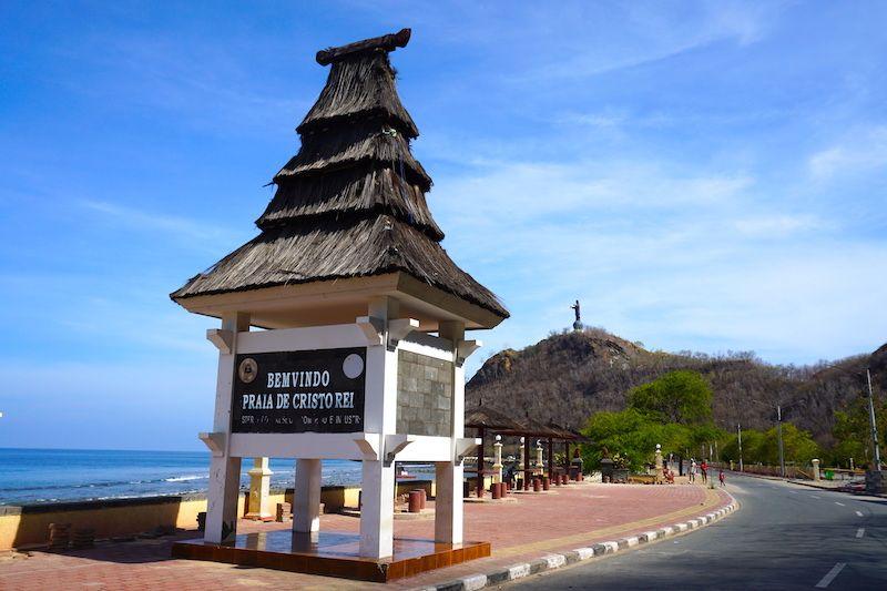 La entrada a Praia do Cristo Rei con el Cristo Rei al fondo