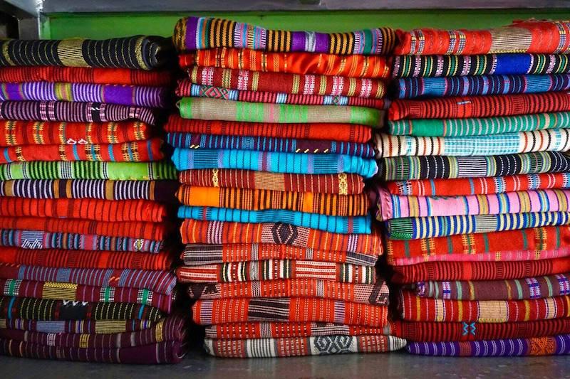 Coloridos tais en el mercado de Tais de Dili