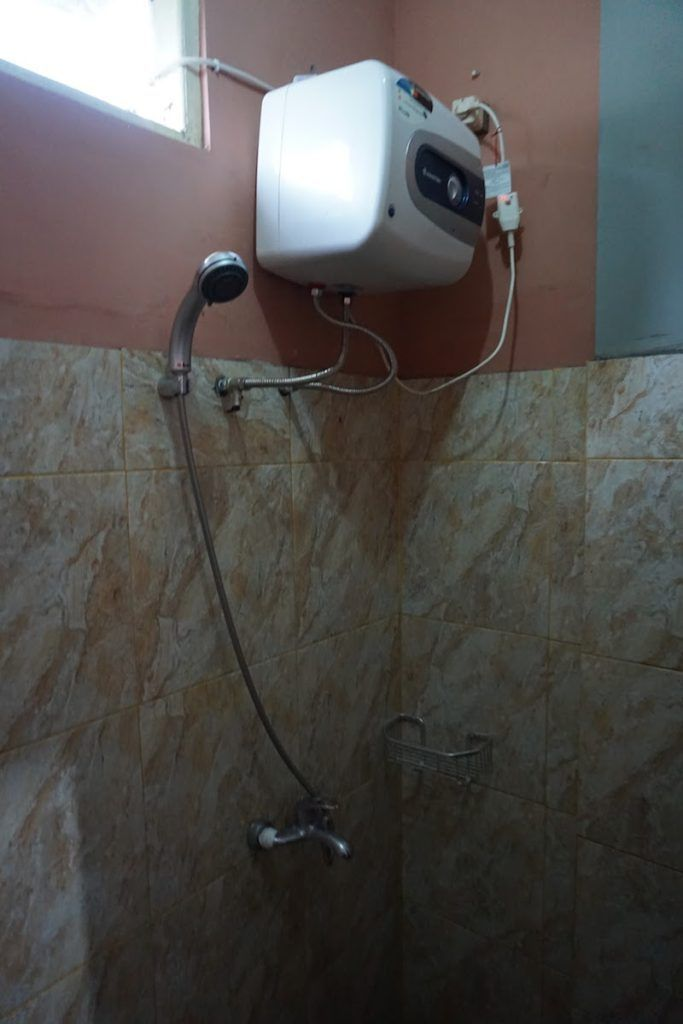 Ducha con agua caliente en Edelweiss (Bajawa)