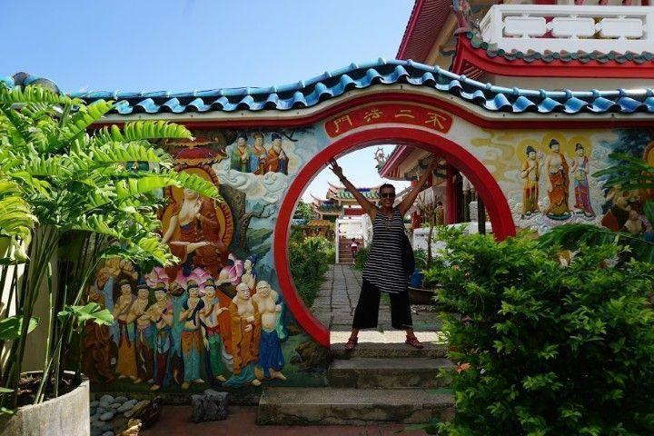 Disfrutando de los rincones en el Kek Lok Si