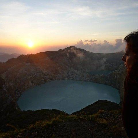 Inês ante el impresionante volcán Kelimutu