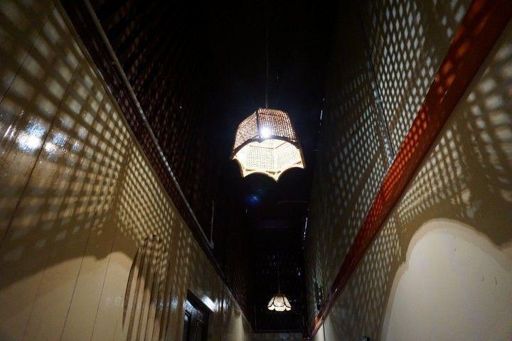"""Lamparas tradicionales y sus efectos de luz en el tejado y paredes de madera de nuestra """"shophouse"""" Hostal"""
