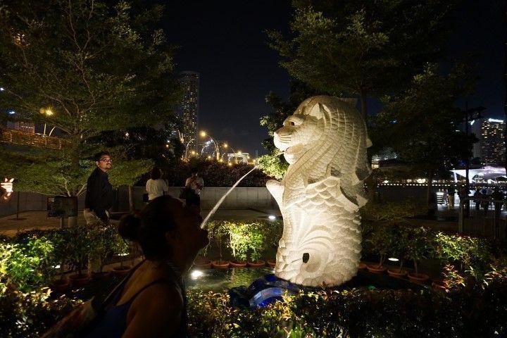 La estatua pequeña de Merlion, imagen de Singapur