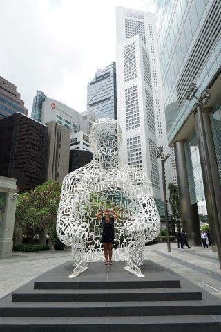 Inês buscando inspiración para escribir en esta persona hecha de letras (Singapur)