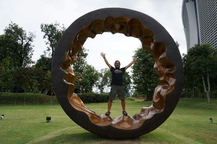 Chris dentro de una obra de arte que se encuentra frente al río Singapur, de camino al Gardens by the Bay