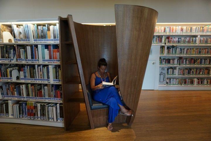 Inês leyendo en la biblioteca