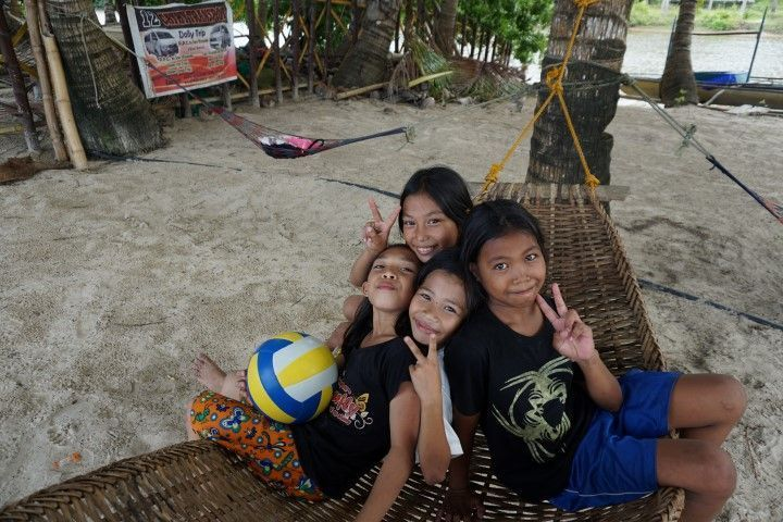 Nuestras majísimas compañeras de la partida de voleibol en la playa, en Long Beach de San Vicente (Palawan)