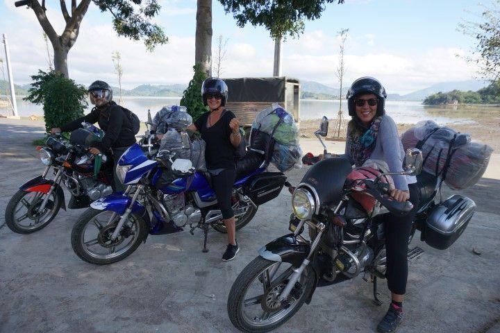 Inês, Lorena y Chris en plan motero, empezando la ruta de casi de 800km por las tierras centrales. En la foto, con el Lak Lake de fondo