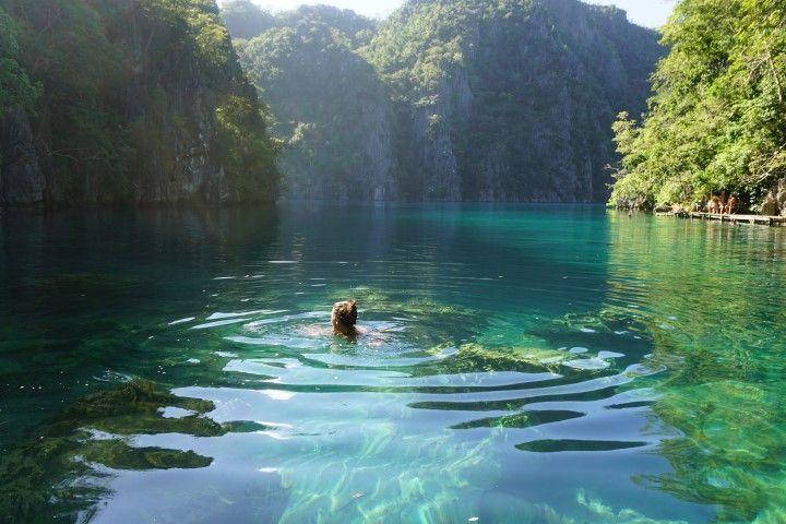 Inês disfrutando de las aguas cristalinas con en Kayangan Lake (Coron)