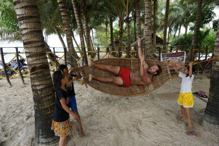 Chris jugando con las peques en Long Beach. Como le ganaron en el partido de voleibol antes, ahora le querian quitar de la hamaca donde se estaba echando una siesta. jajaja