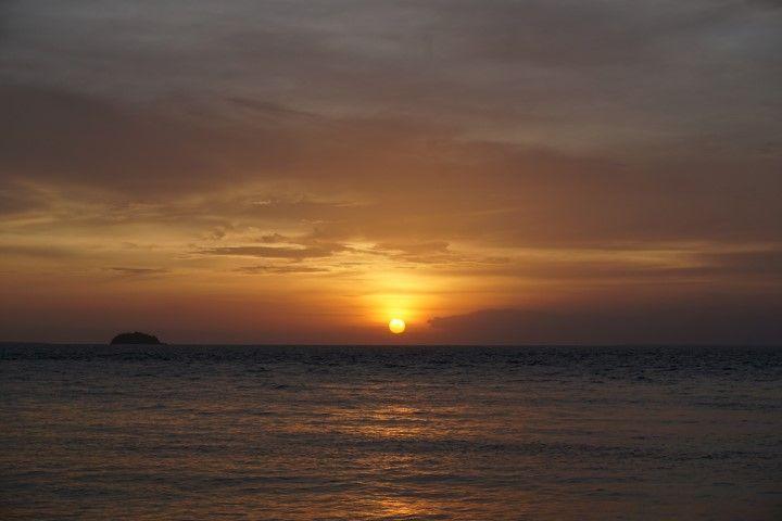 Contemplando este atardecer con unas cervecitas en la arena, Malapascua.