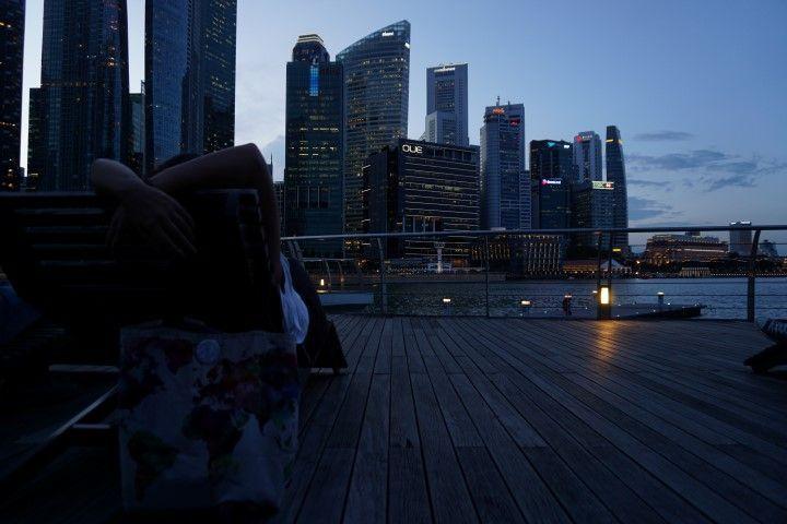 Descansando en Marina Bay en una de las tumbonas que hay frente al río