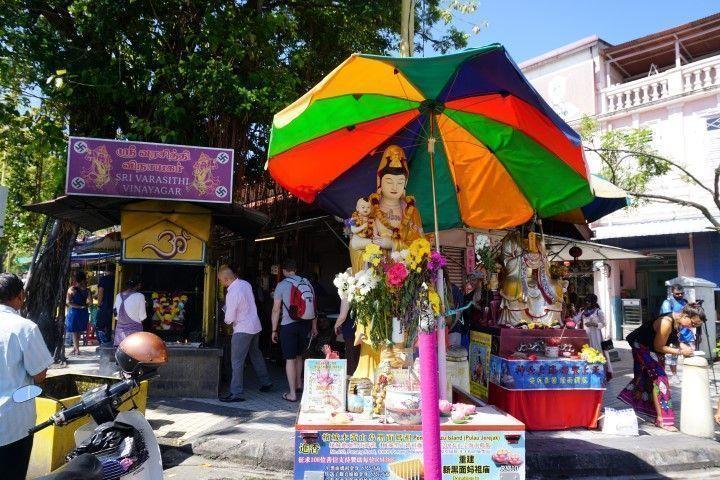 Cruce multireligioso enfrente del Templo de Kuan Yin, en Pitt Street