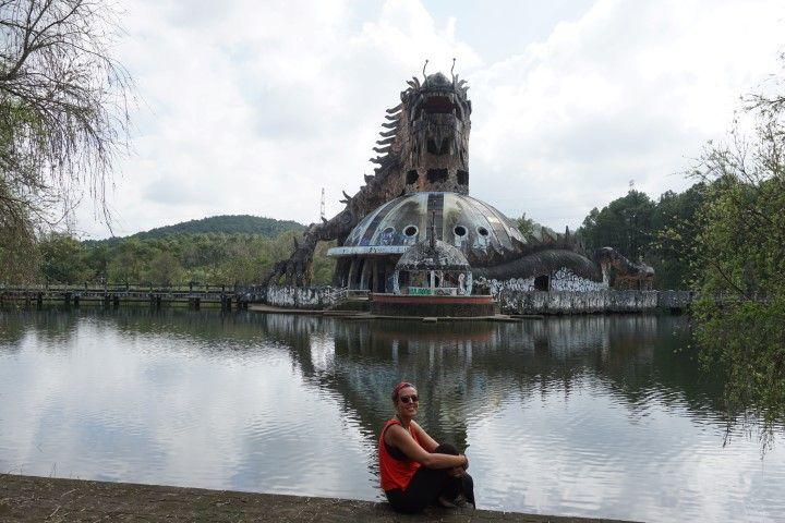 El impresionante parque acuático abandonado en las afueras de Hue.