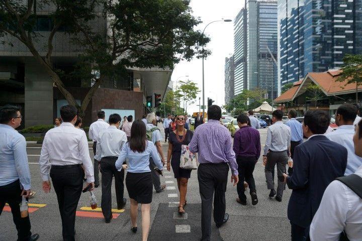Un imagen vale más que mil palabras así que usaremos sólo una: VIAJAR (foto en las calles de Singapur)