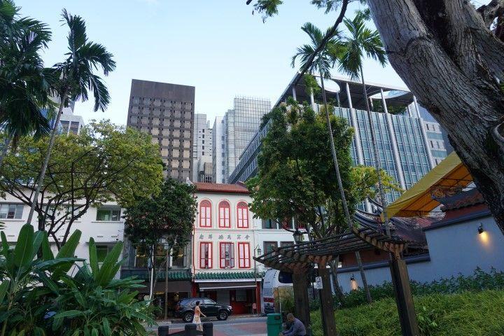 Shophouses y rascacielos reflejando la armonía entre tradición y modernidad en las calles de Sigapur