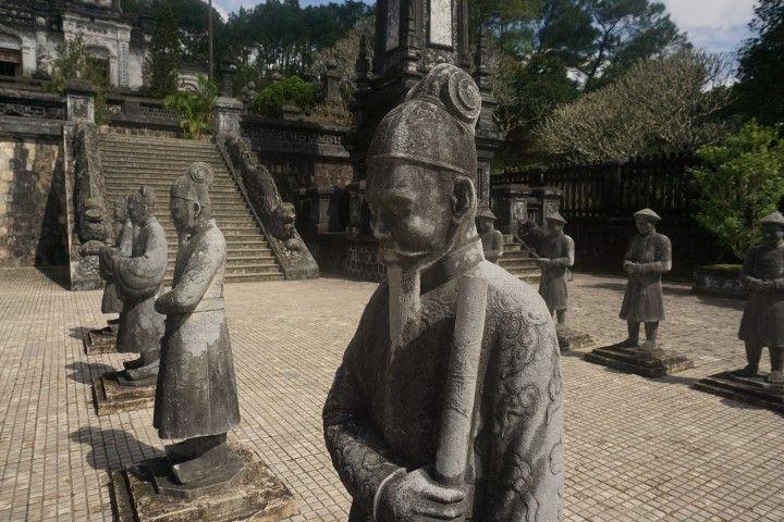 Tumba Khai Dinh donde nos recibieron unos guerreros con un semblante bastante serio, a pesar de las idílicas montañas que les rodeaban... El sol nos ha vuelto a acompañar y aunque no podemos con las agujetas ni el dolor de culete (al final fueron casi 50 Km entre ayer y hoy) no os dejamos de recomendar que cuándo visitéis la imperial ciudad de Hue y sus imponentes alrededores, lo hagais en bici. El verde de los arrozales, las paraditas para el café y las risas de las mímicas que nos marcamos en los pueblos hacen que el viaje gane colores insustituibles.