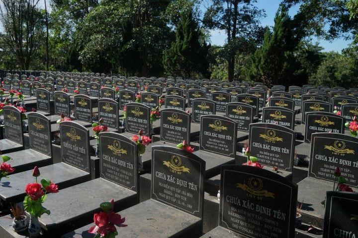 Tumbas en el cementerio de víctimas de la guerra
