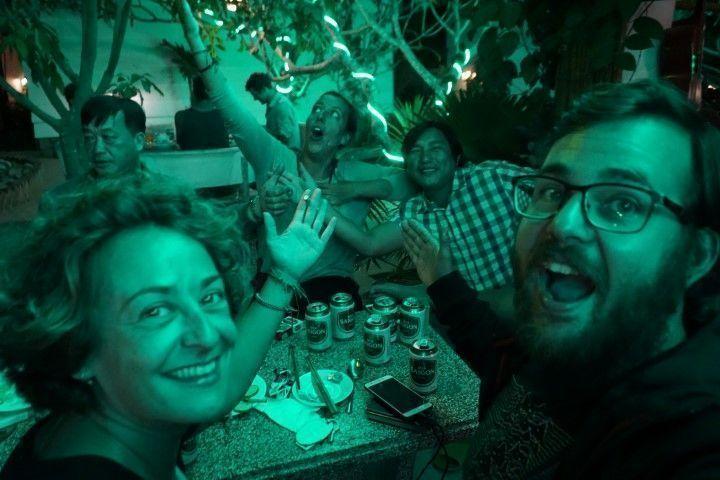 Cervezas con Mr. Dragon y Messi, con una luz muy verde