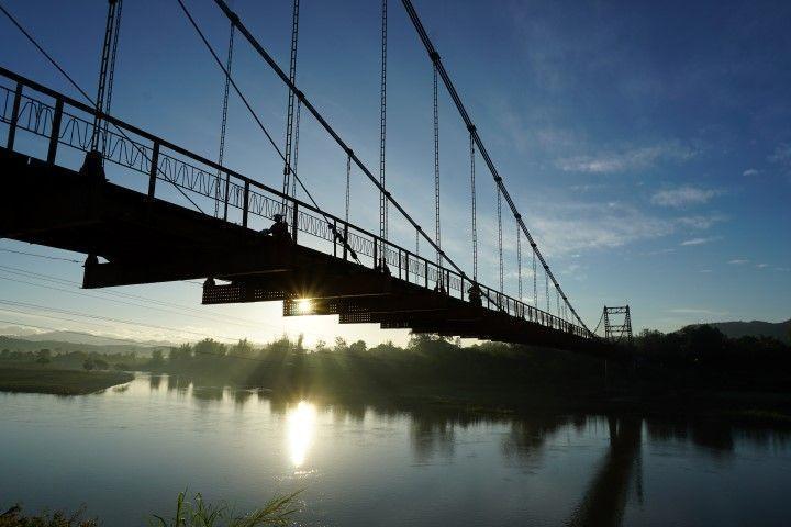 El puente de Kon Tum al amanecer