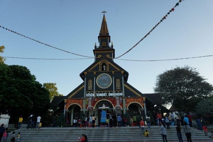 La iglesia de madera de Kon Tum, abarrotada por la misa.