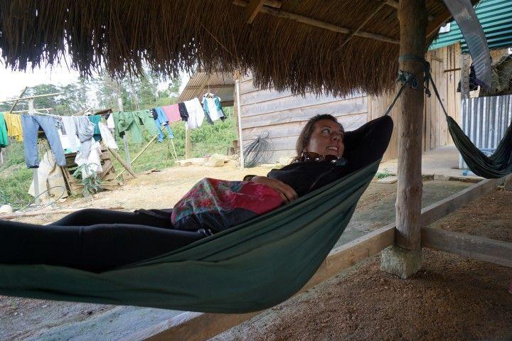 Inês descansando en hamaca de un local donde disfrutamos del ca phé vietnamita riquísimoooo