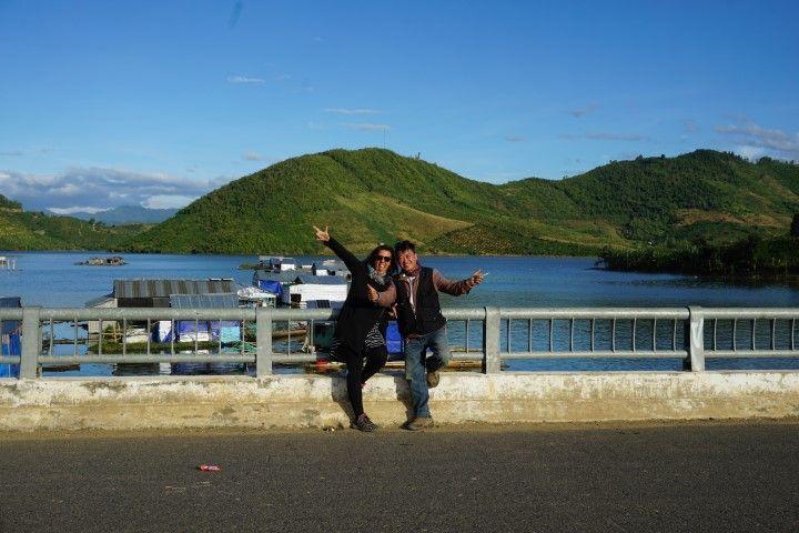 Inês y Mr. Dragon posando en el pueblo flotante
